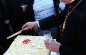 Weihbischof Dr. Klaus Dick beim Anschneiden der Festtagstorte anlässlich des 50jährigen Bestehens der Kirchengemeinde St. Johannes der Täufer in Alkenrath