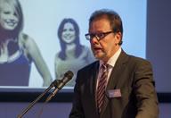 Bundestagsabgeordneter Frank Heinrich vergab den Preis an den Gesamtsieger die Hypovereinsbank