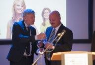 Dr. Stefan Rennicke überreicht den CSR Job Award Sonderpreis Handwerk an Magnus Newrzella in Berlin