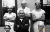 Bäckermeister Newrzella und Gesellen um 1920 in Troppau