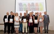 Sieger-Gruppenfoto mit Oberbürgermeister Jürgen Roters (1. von rechts) und Sabine Newrzella (4. von rechts) anlässlich der Preisverleihung