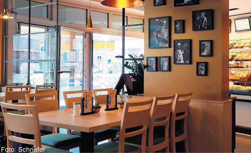 Hohe Räume mit Loftcharakter und Glaswänden sorgen für eine gelungene Mischung aus Moderne und Gemütlichkeit.